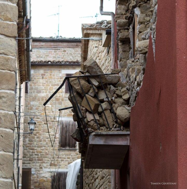 gualdo-wall-in-a-balcony