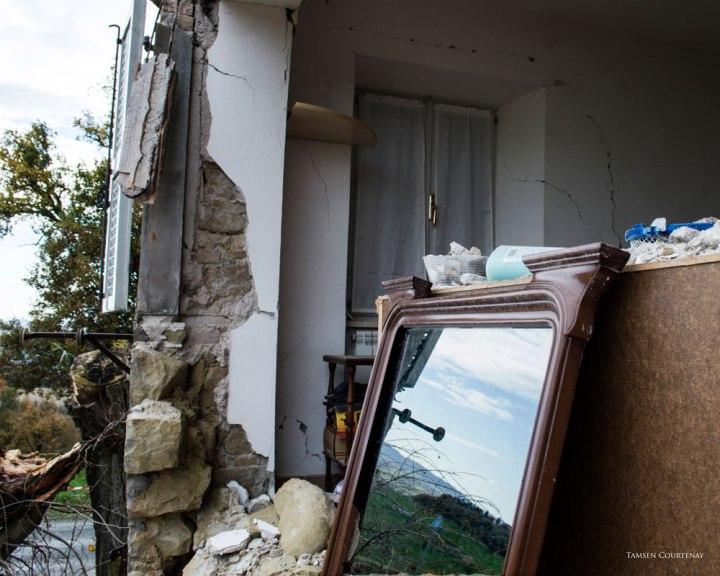 zazza-house-scenery-in-mirror